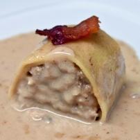 Caneló de pollastre de pota blava i bolets amb salsa de foie i bacó